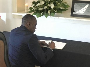 Le Ministre des Transports Amadou Koné signe le livre de condoléances ouvert à l'ambassade d'Ethiopie